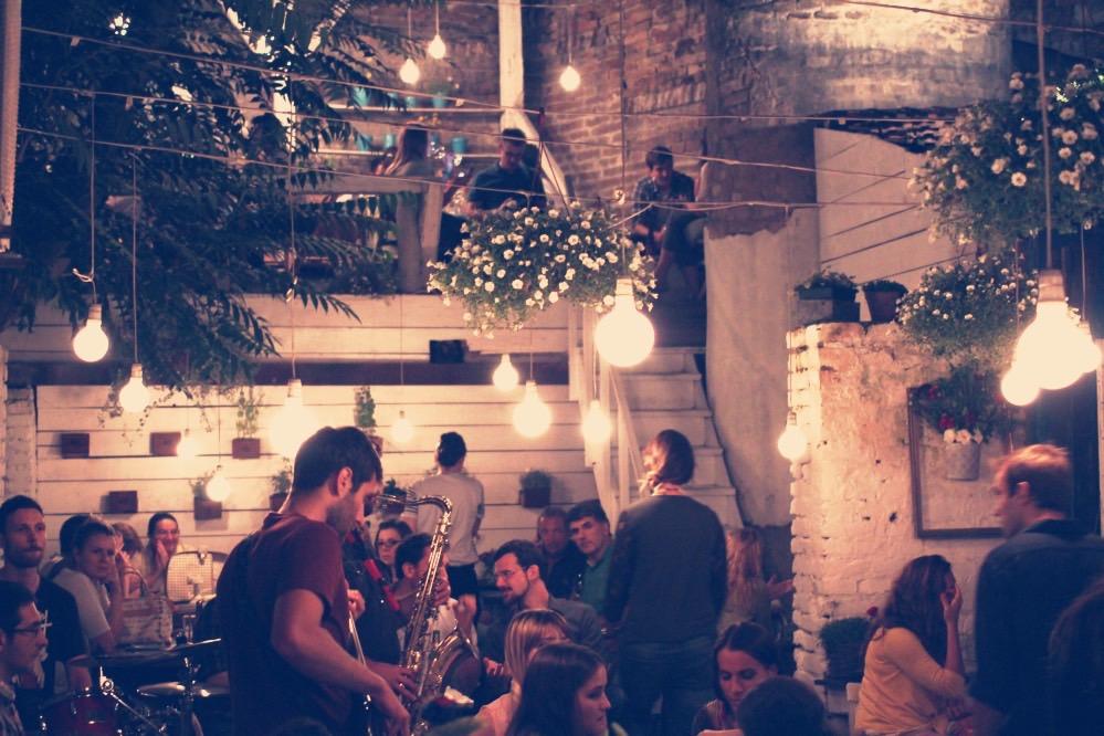 Al jazz club Basta si accede da un ingresso minuscolo che dà su un patio da cui parte una scala rpidissima che porta al locale interno. Dentro un palazzo in decadimento un luogo pieno di vita e musica.