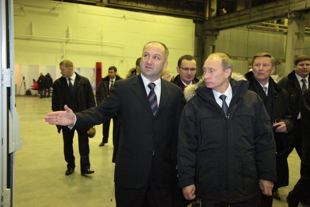 Nenad Popovic, fondatore del SNP e già vicepresidente dell' DSS, è tra i politici serbi più vicini alla politica di Putin.