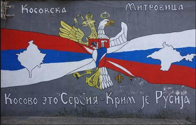"""Le organizzazioni politiche serbe più nazionaliste esaltano il parallelismo tra Kosovo e Crimea. Lo slogan del murales recita: """"Il Kosovo è serbo, la Crimea è russa""""."""